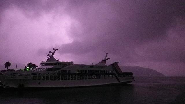 春雷に浮かび上がる真夜中のフェリー 小豆島 内海湾