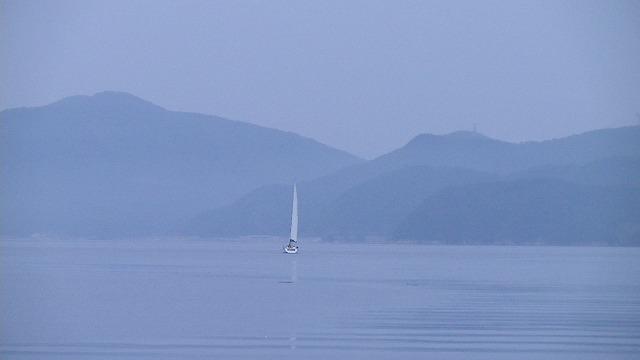 早朝5時 波止場から幽霊船のように音もなく帆影が消えてゆく