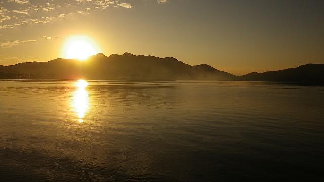 春靄が海面に立つ 日が空ける 小豆島 内海湾