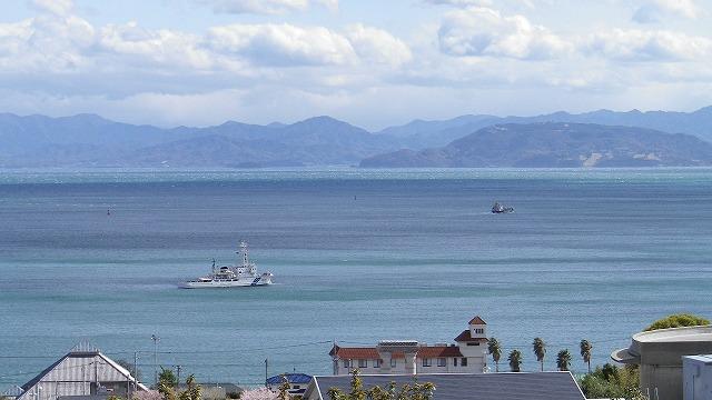 海の深さと雲により多彩な青 年に数回だけの縞模様 小豆島 内海湾