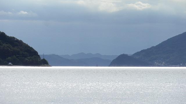 左右の山は小豆島 奥の山は四国 イノシシは泳いで渡れる距離