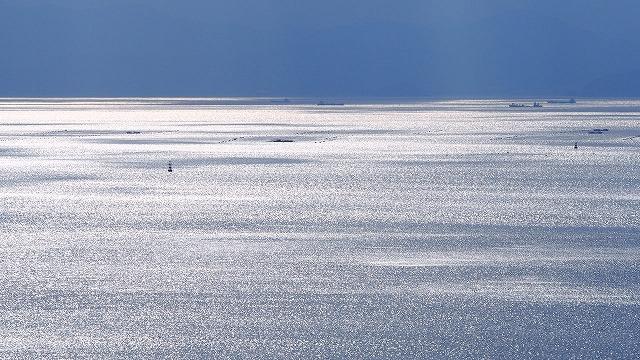 長年島で暮らすとほとんど海を眺めなくなる ほんとは信じられないくらいきれいだったのに 小豆島