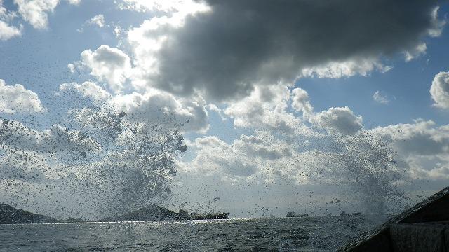 キャーと言って波を被る遊び べとべとになって気持ち悪い 台風がやってきた小豆島