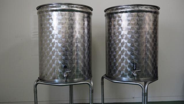 ステンレス製のオリーブオイル保管容器