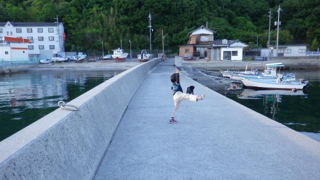 小豆島・草壁港・息子とパグ