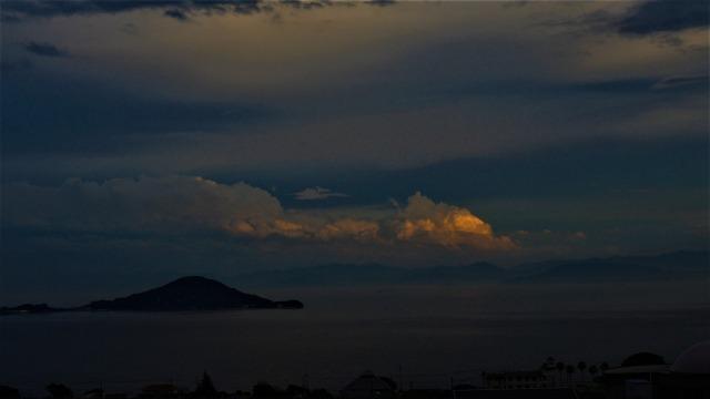 瀬戸内海に浮かぶ入道雲